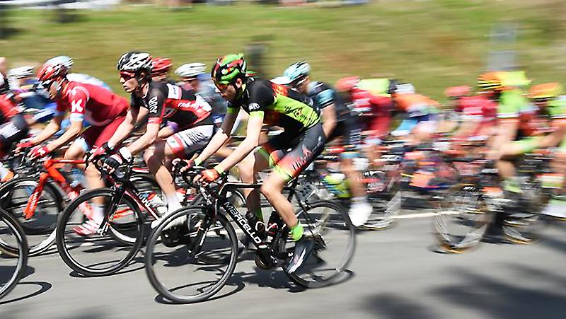 Новости: В ходе гонки умер велосипедист — любопытных хоть отбавляй