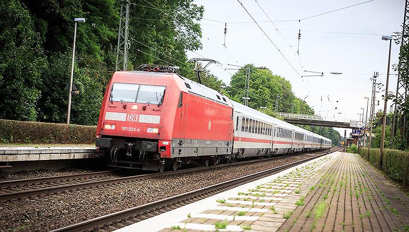 Новости: Старушка чудом спаслась от поезда