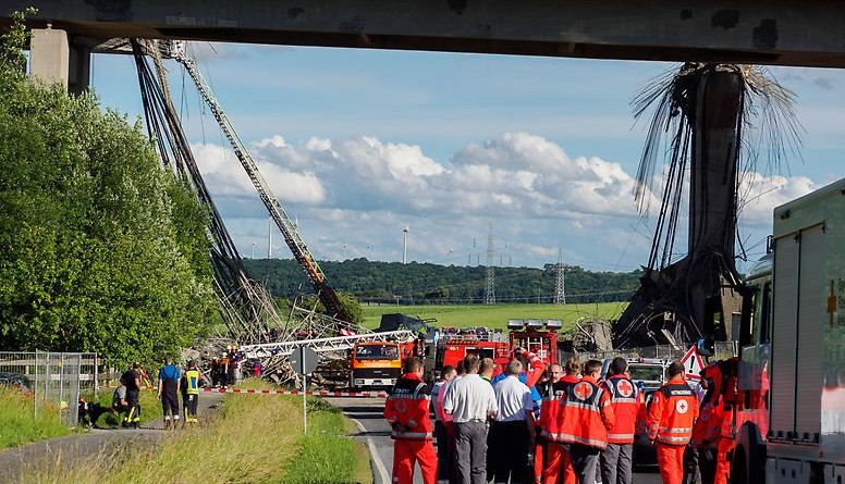 Происшествия: Обвал моста на А7: эксперты в шоке (обновлено, фото)