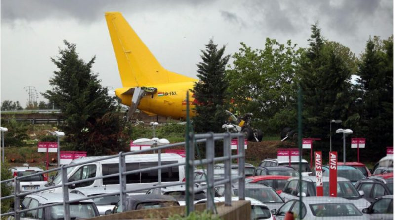 Галерея: Грузовой самолет DHL приземлился на автобан