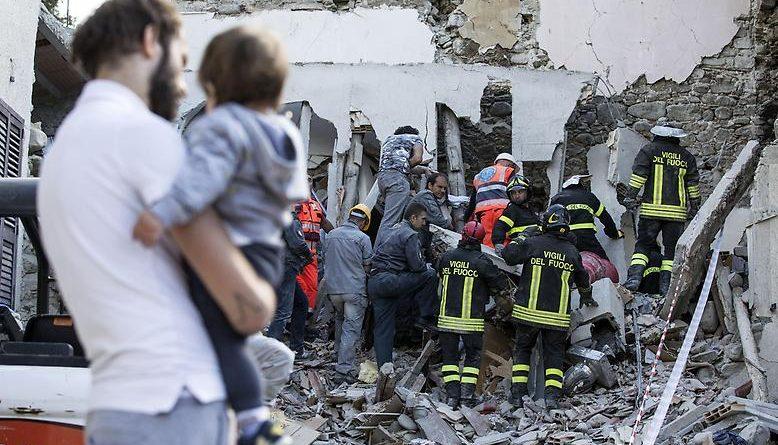 Галерея: Десятилетняя девочка 17 часов пролежала под завалами