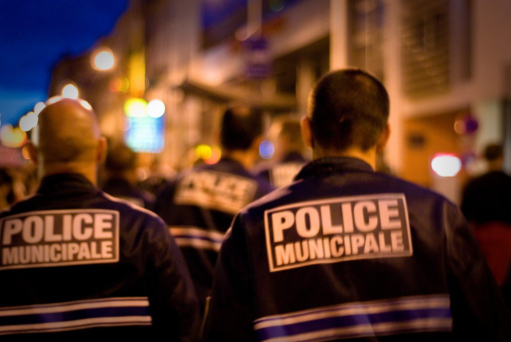 Отовсюду обо всем: Во Франции полицейский воспользовался кредитной картой задержанного для покупок