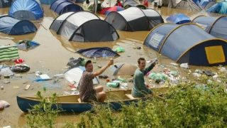 Гости фестиваля Hurricane утопают в грязи