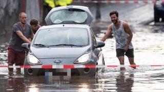 Последствия непогоды: жертвы, затопленные улицы и поваленные деревья