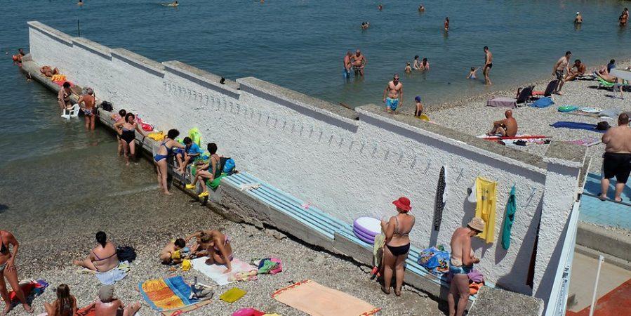 Отовсюду обо всем: Уникальный пляж в Триесте, где мужчин и женщин разделяет стена