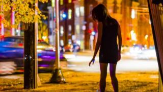 Мужчина накачивал несовершеннолетнюю наркотиками и заставлял ее заниматься проституцией