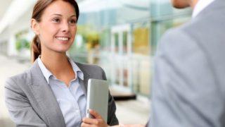 В каких отраслях начальники зарабатывают больше всего? (инфографика)