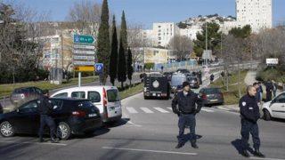 Марсель: неизвестный на автомобиле атаковал людей на двух автобусных остановках