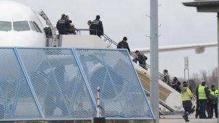 В последнюю минуту правительство отменило 387 депортаций