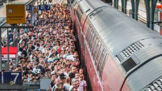 Проводница остановила поезд из-за пьяных футбольных фанатов