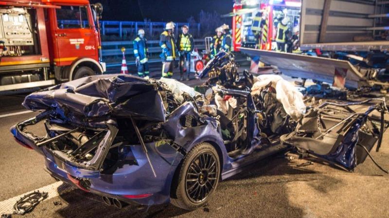 Происшествия: Авария на А8: грузовик проволок еще сотни метров разбитый автомобиль