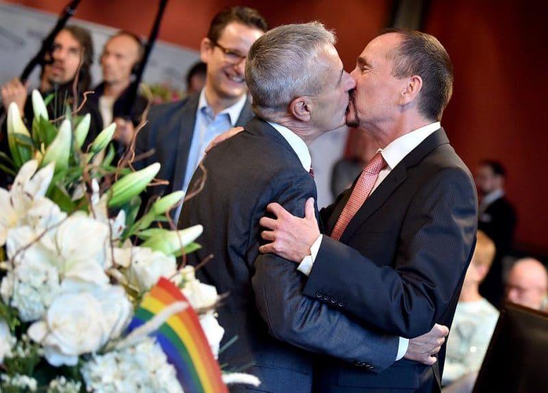 Общество: В Берлине зарегистрировали первый в стране однополый брак