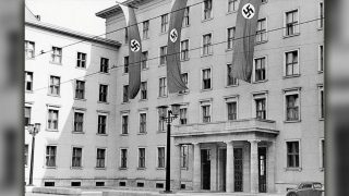 Депутатов от АдГ и СвДП разместят в здании со свастикой