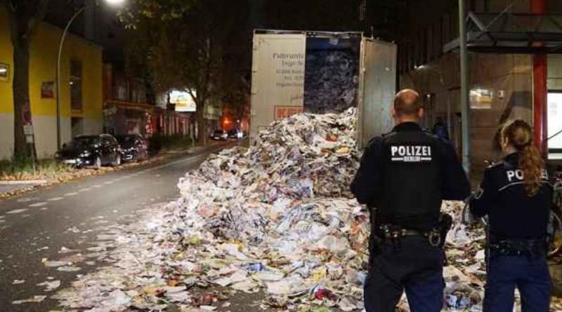 Происшествия: Макулатура перекрыла проезжую часть в Берлине