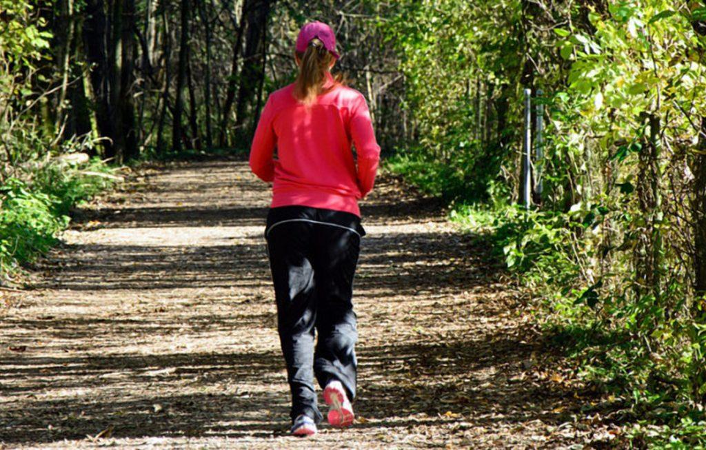 Происшествия: Неизвестные напали на девушку во время пробежки