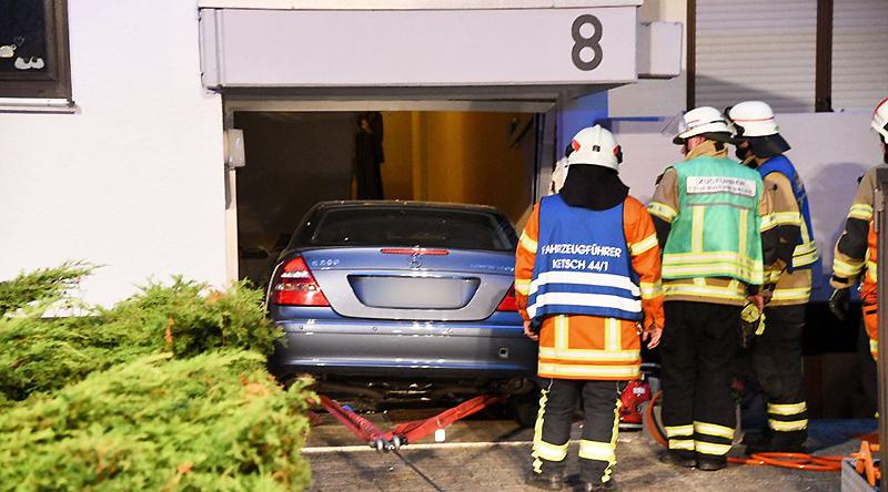Происшествия: Старичок решил припарковать «Мерседес» прямо в доме