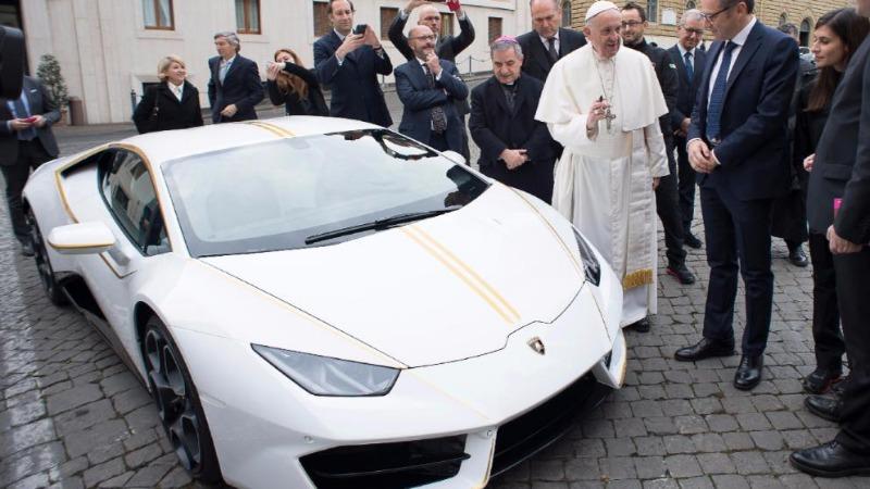 Знаменитости: Папа решил продать свой Lamborghini Huracan