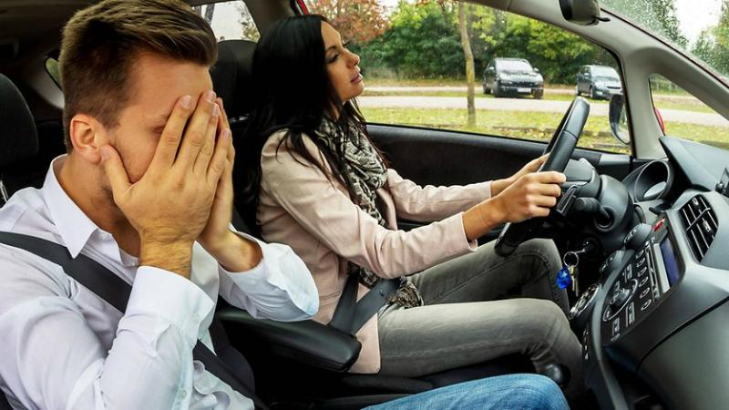 Происшествия: Мужу не понравилось, как жена ведет машину, и он выбросил ее на дороге