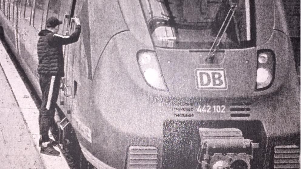 Происшествия: Мужчина справлял нужду на движущийся поезд