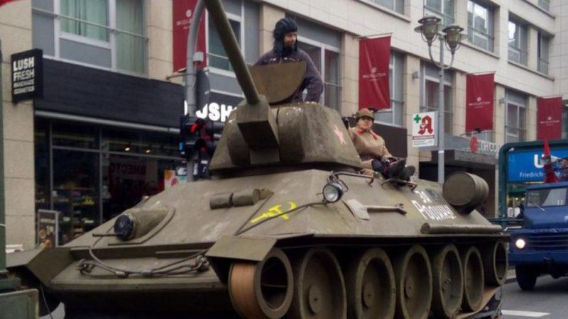 Общество: Коммунисты проехались в танке по Берлину