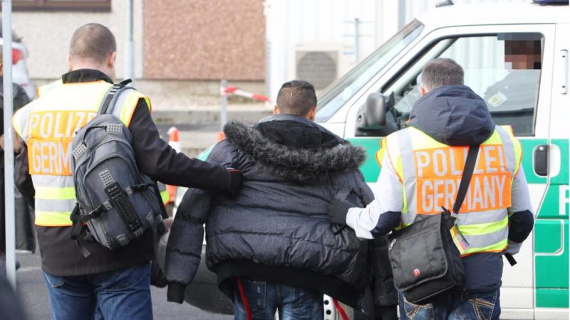 Деньги: Беженцы, подлежащие депортации, обходятся Германии в сотни миллионов евро