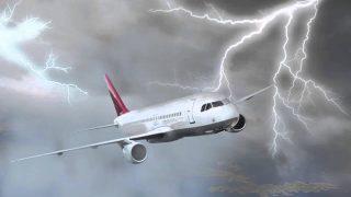 Молния ударила в самолет во время взлета (+видео)