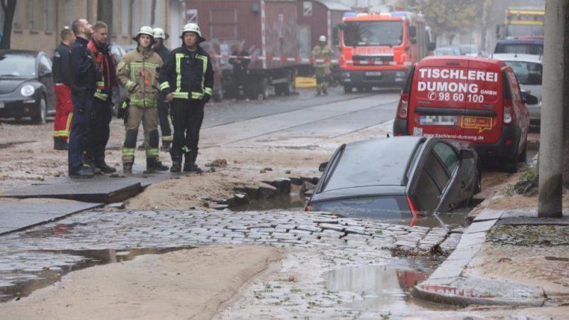 (Фото) Автомобиль утонул прямо в центре города