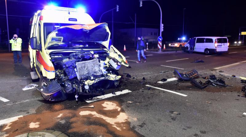 Происшествия: Водитель фургона въехал в автомобиль скорой помощи: четверо пострадавших