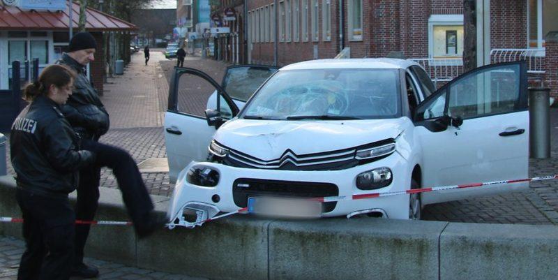 Происшествия: В Куксхафене автомобиль въехал в толпу прохожих