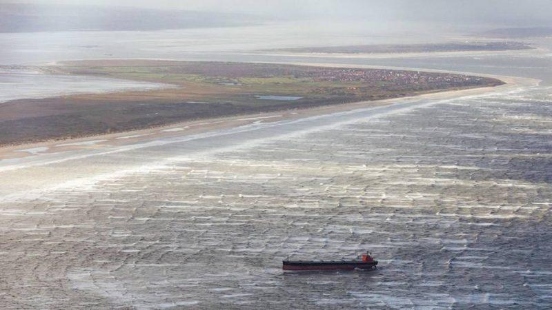 Новости: Вынесенное на берег судно может стать причиной экологической катастрофы