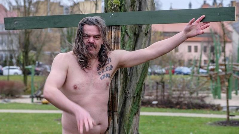 Культура: Художник в Виттенберге прибил свои гениталии к дереву