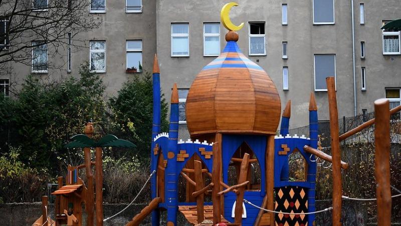 Общество: В Берлине открыли детскую площадку в виде мечети