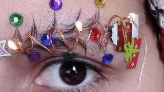 Брови-елки стали хитом в праздничном макияже