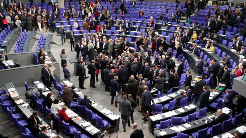 Деньги: Депутаты повысили зарплаты и пенсии! Но, пока только себе