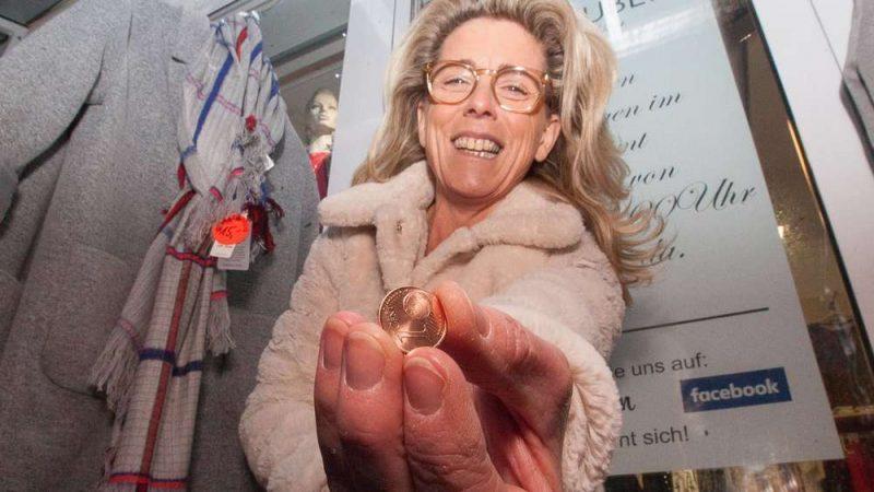 Общество: Монеты перед дверью магазинов нагоняют страх на владельцев