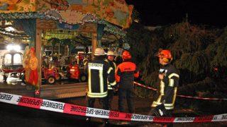 Рождественская елка упала на карусель: есть пострадавшие