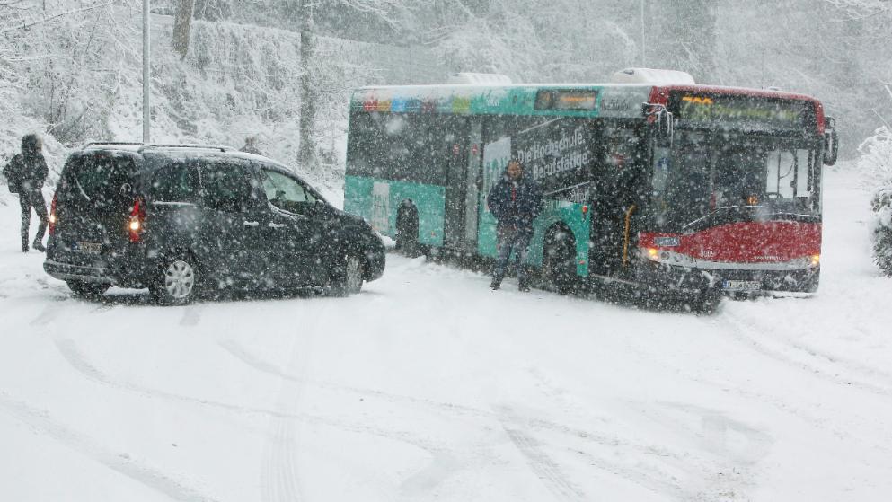 Происшествия: Последствия снегопадов: двое погибших, десятки пострадавших и сотни ДТП рис 4
