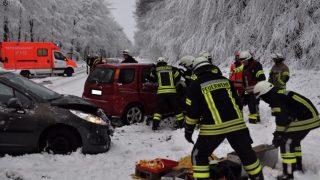 Последствия снегопадов: двое погибших, десятки пострадавших и сотни ДТП