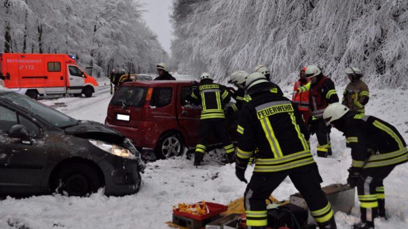 Происшествия: Последствия снегопадов: двое погибших, десятки пострадавших и сотни ДТП