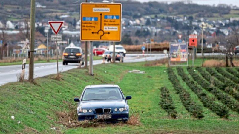Происшествия: Два года покинутый BMW стоит на окраине дороги