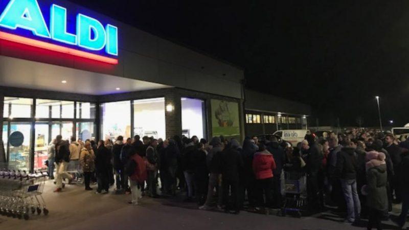 Общество: Длинные очереди в супермаркетах: в Германии стартовала продажа фейерверков
