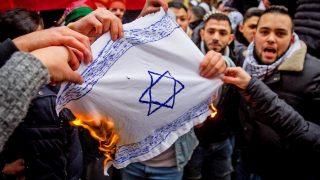 В Берлине демонстранты сожгли израильский флаг