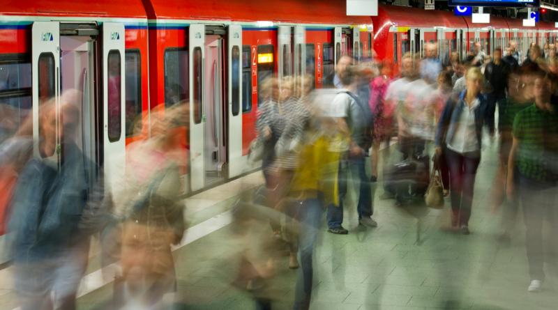 Происшествия: Нигериец пытался столкнуть женщину под едущий поезд