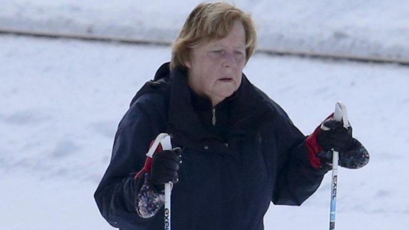 Политика: Ангела Меркель отдыхает от политики в Альпах