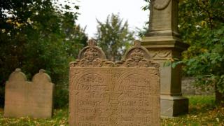 В парке развлечений девочка нашла надгробную плиту своего деда
