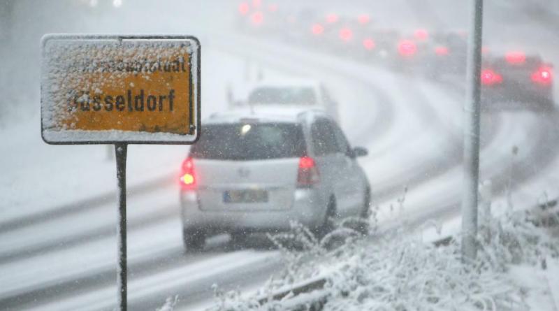 Происшествия: Снегопад в Северном Рейне-Вестфалии: сотни ДТП, общественный транспорт встал рис 2