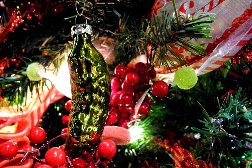 Общество: Почему на елке висит соленый огурец?