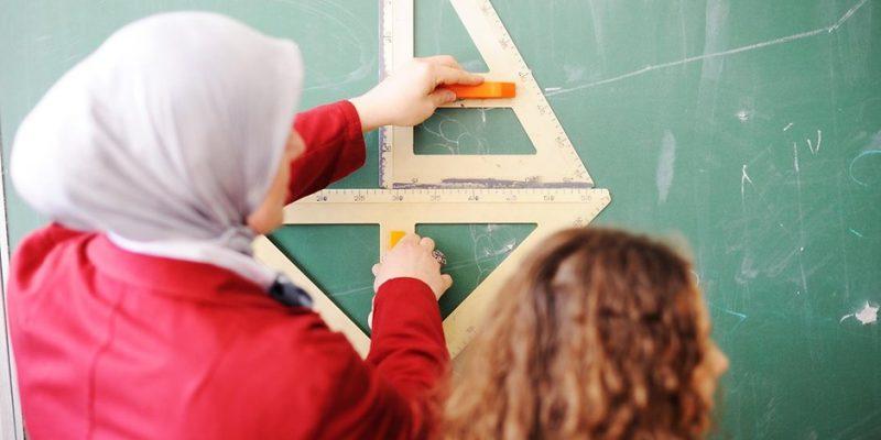 Общество: Учителям разрешат приходит на работу в мусульманском платке