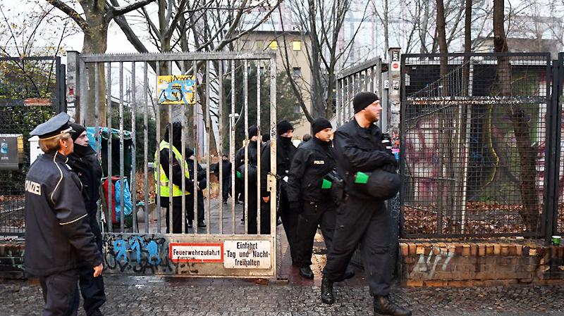Общество: В Берлине беженцы добровольно освободили здание школы
