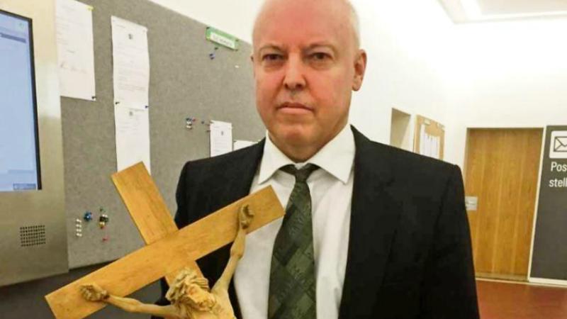 Общество: Судья снял распятие, чтобы не раздражать преступника-исламиста